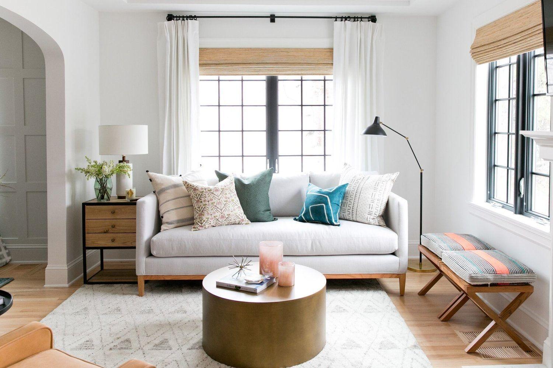 Salón cálido y acogedor de tonos naturales de estilo farmhouse por McGee @Utrillanais