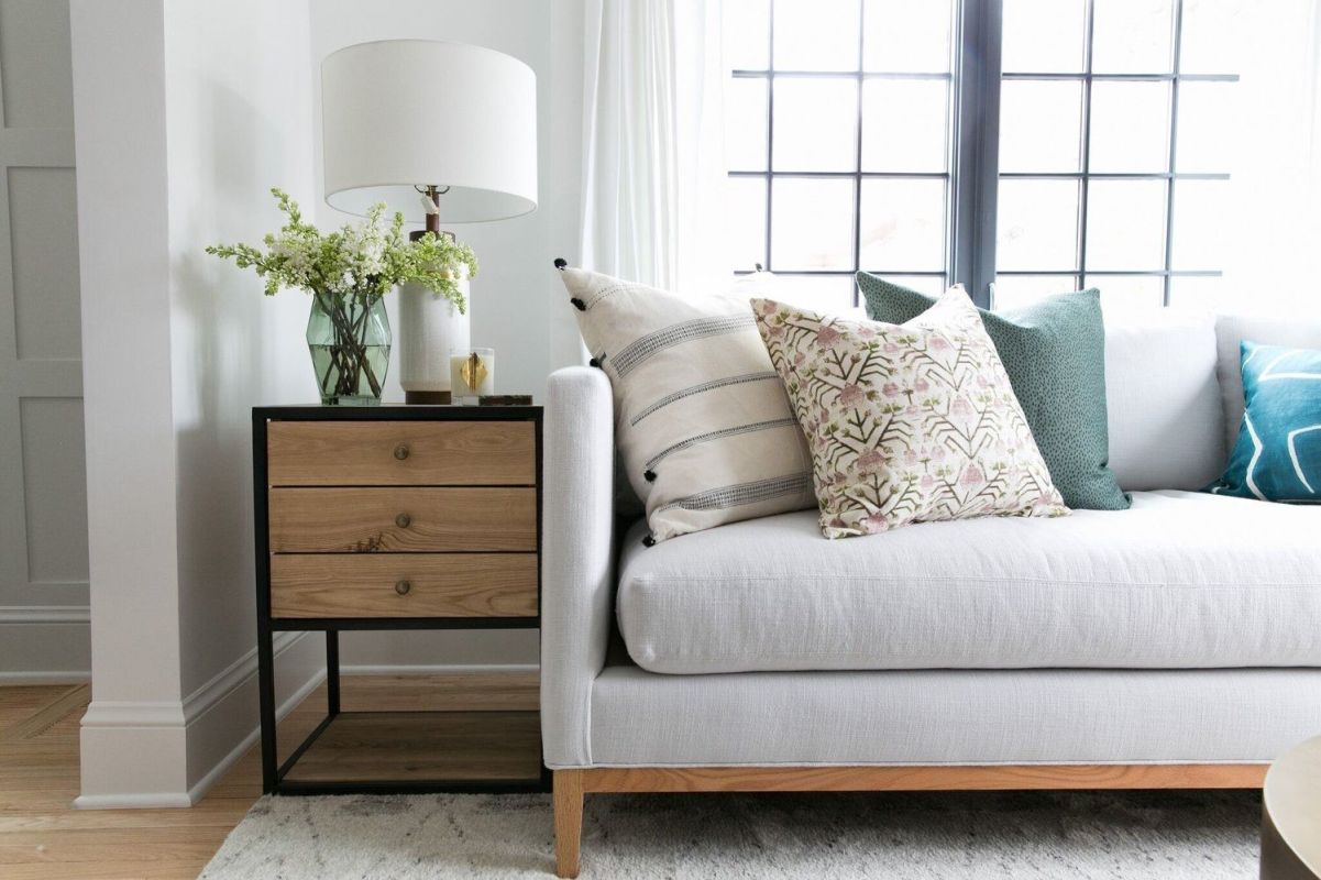 Salón cálido y acogedor de tonos naturales de estilo farmhouse por McGee, confort y calidez @Utrillanais