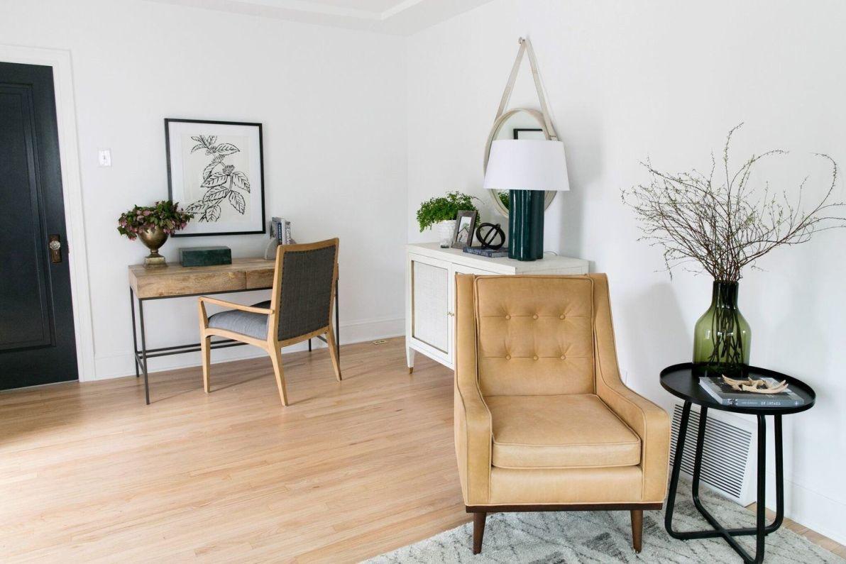 Salón cálido y acogedor de tonos naturales de estilo farmhouse por McGee, detalles en materiales naturales @Utrillanais