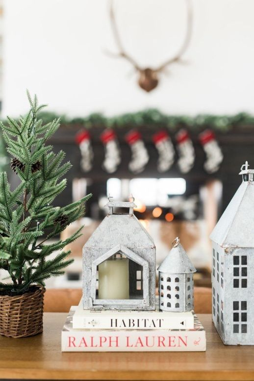 Decoración de Navidad de estilo tradicional y tonos neutros para una casa de montaña de estilo farmhouse moderno @utrillanais