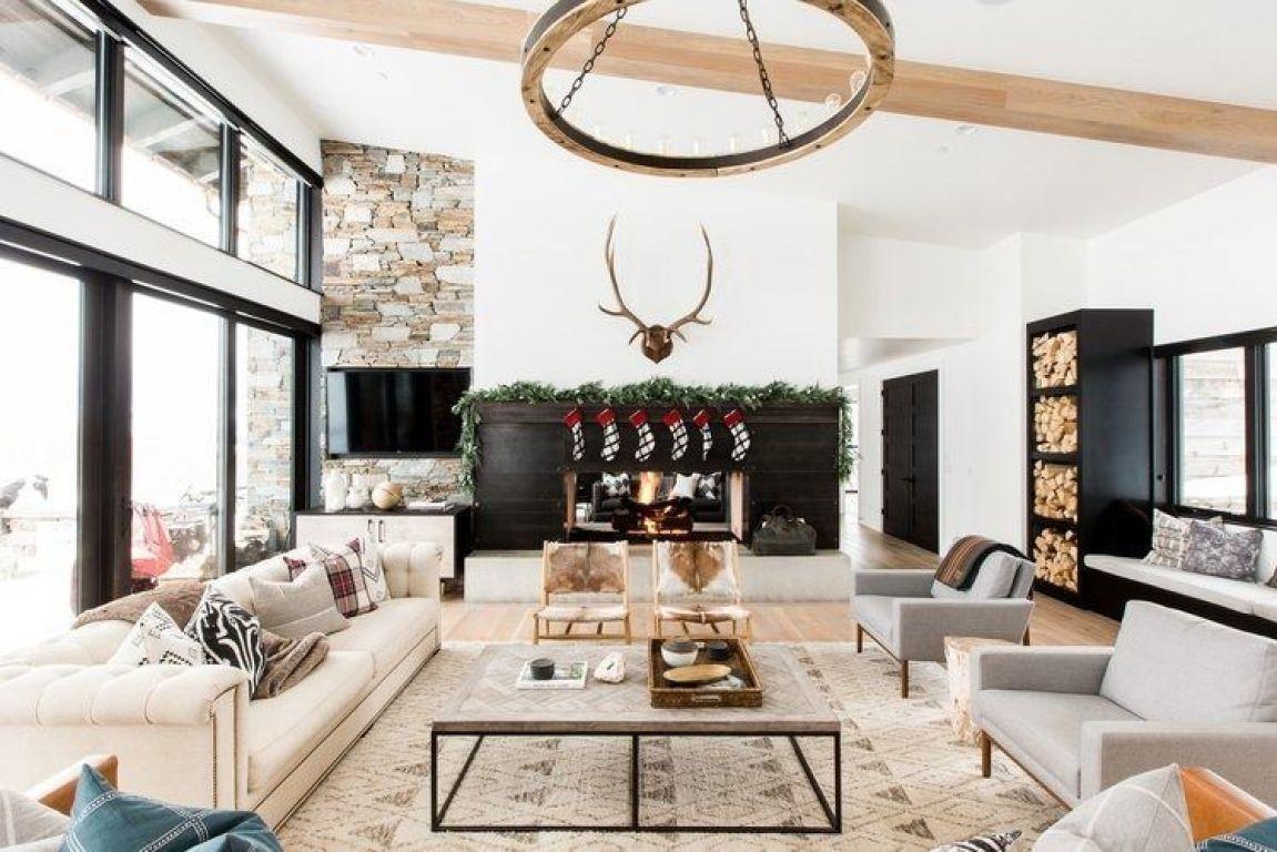 Salón de estilo farmhouse moderno con toques vintage, mid century, decorado con elementos navideños de tonos naturales @Utrillanais