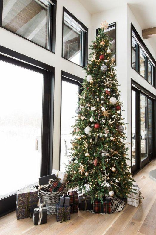 Árbol de Navidad de estilo farmhouse moderno , complementos de tonos neutros y de estilo mid century y nórdico-industrial @Utrillanais