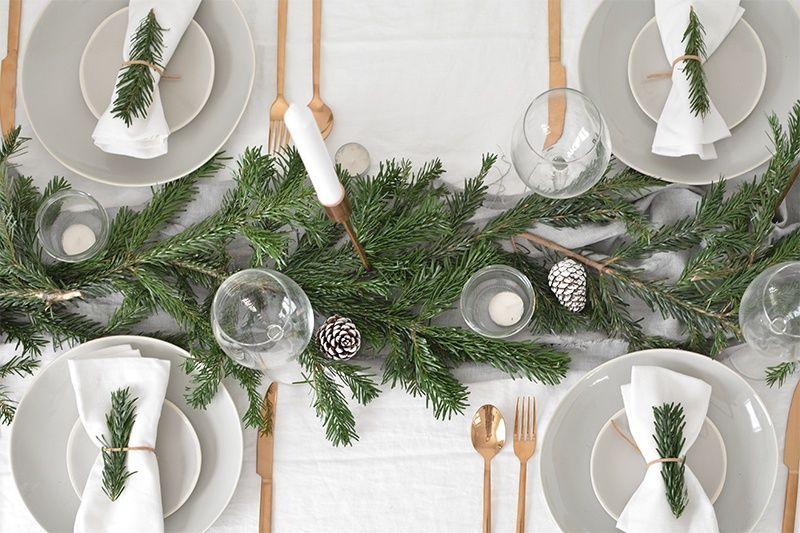 Moderna mesa de Navidad de estilo escandinavo minimalista