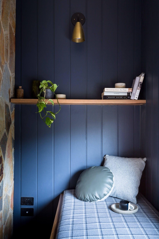 Espacio de lectura de estilo Farmhouse moderno y nórdico en tonos de azul profundo, en Melbourne @Utrillanais