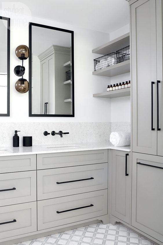 Baño de estilo farmhouse moderno y esencia shaker, confortable moderno y funcional en colores neutros