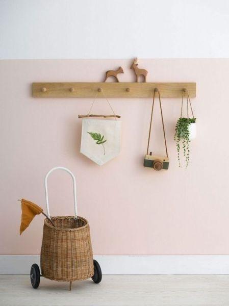 Decoración de habitación infantil de estilo shaker con perchero de madera