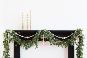 Guirnalda de Navidad Diy a través de ramas y bolas de madera @Utrillanais