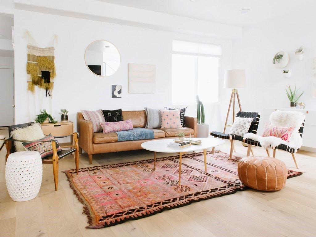 Tendencia nuevo estilo boho del desierto, espacio de salón en tonos tostados, rosáceos y texturas y patrones étnicos @Utrillanais