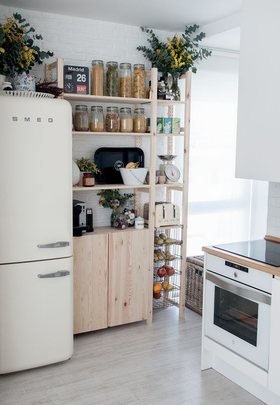 Una cocina pequeña luminosa y ordenada con todo a la vista, beneficios de un buen interiorismo de tu hogar para tu salud @Utrillanais