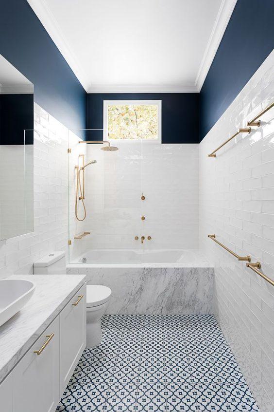Uso del tono azul oscuro como revestimiento de pared en el baño, consejos para introducir el color pantone 2020 en tu decoración de interiores @utrillanais