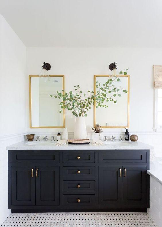 Baño amplio con espejos dorados y mueble de lavabo en color azul oscuro, una manera de añadir el color pantone 2020 en la decoración de interiores de tu hogar @utrillanais