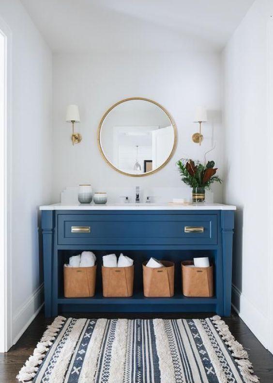 Mueble para el lavabo del baño en color azul oscuro, una manera de introducir el color pantone 2020 en la decoración de interiores de tu hogar @Utrillanais