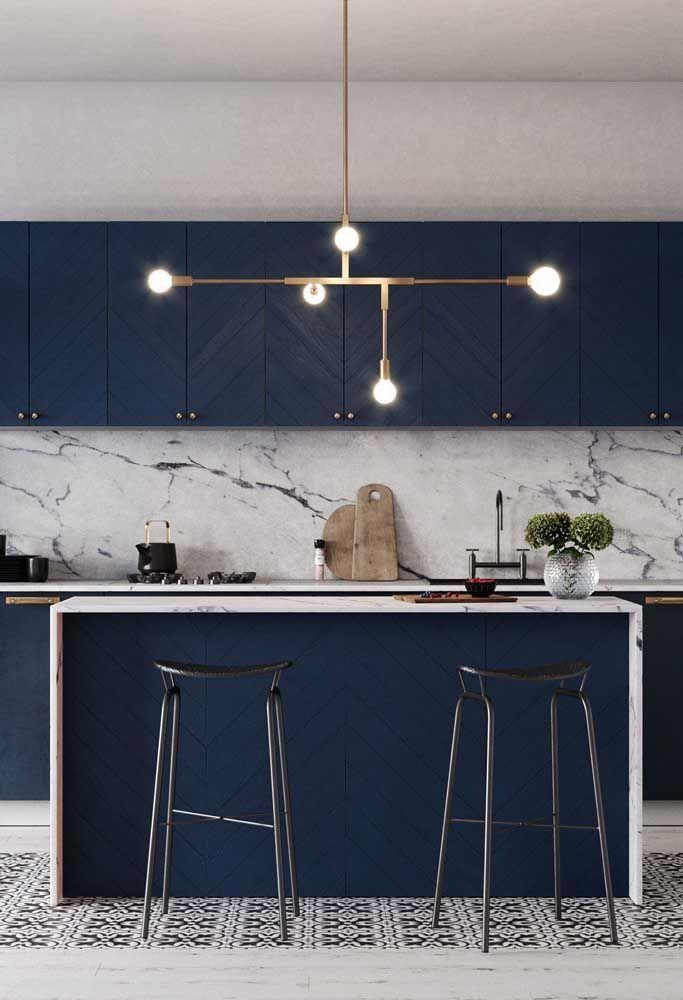 Cocina de color azul y de estilo moderno, ejemplo de cómo puedes añadir el color pantone 2020 a la decoración de tu hogar @Utrillanais