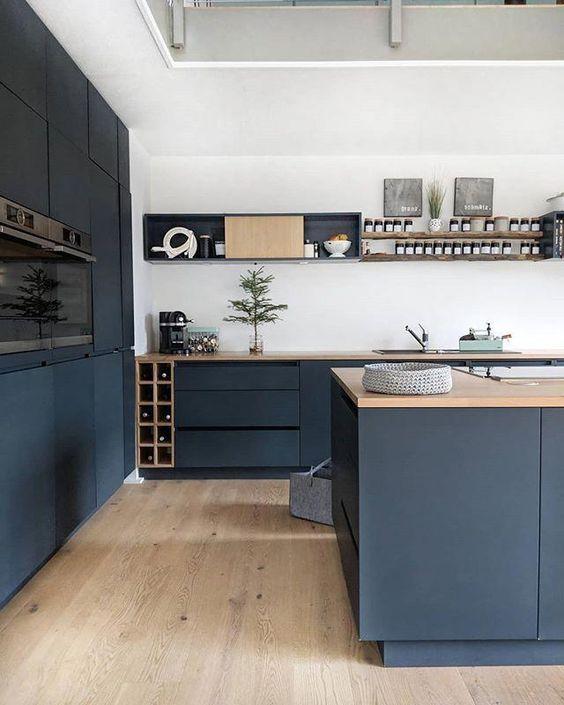 Cocina moderna de estilo contemporáneo en tonos azules y madera, ejemplo de cómo introducir el color pantone 2020 en tu hogar @utrillanais