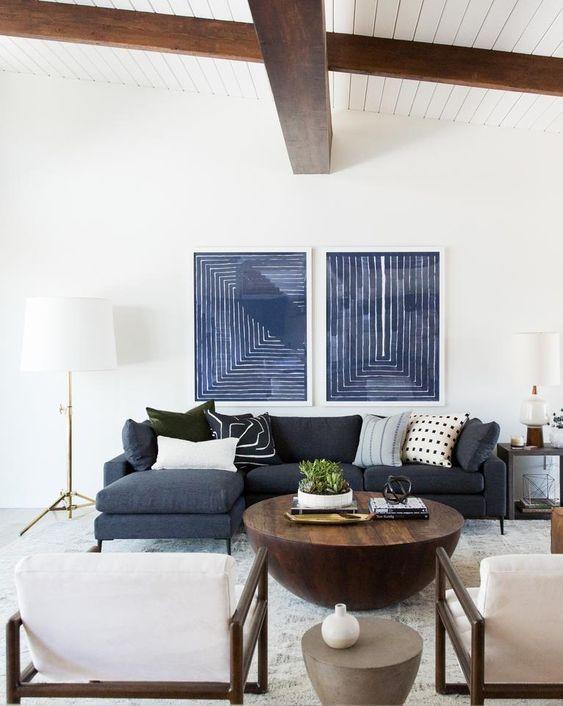 Sofá azul Navy, en salón de estudio McGee, ejemplo de cómo puedes introducir el color pantone 2020 en tu decoración a través del mobiliario @utrillanais