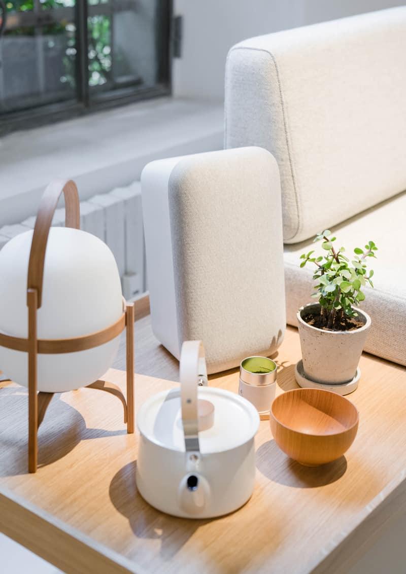 Dispositivos digitales de estilo suave, neutro de Google, para aumentar el bienestar del hogar o espacios de trabajos a través del control de la iluminación, le hilo musical, la temperatura