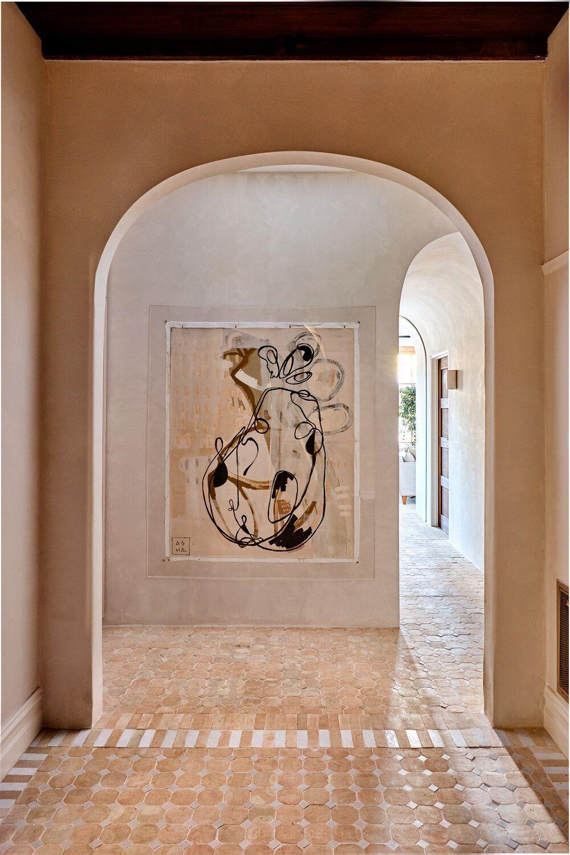 Diseño e interiorismo por Studio Ezra, una vivienda revestida con tadelakt y materiales naturales, sostenibles, en tonos neutros, arcilla. @utrillanais