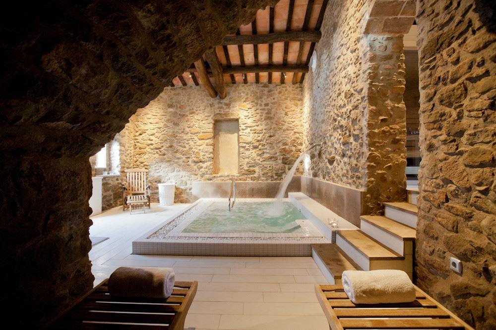 Zona de spa de la casa rural La Garriga de estilo rústico moderno, para experiencias gourmet #slowtravel #diseñodecasasrurales @utrillanais