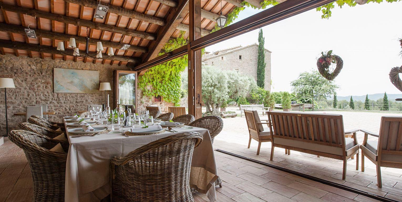 Zona de comedor de la casa rural La Garriga de estilo rústico moderno, para experiencias gourmet #slowtravel #diseñodecasasrurales @utrillanais