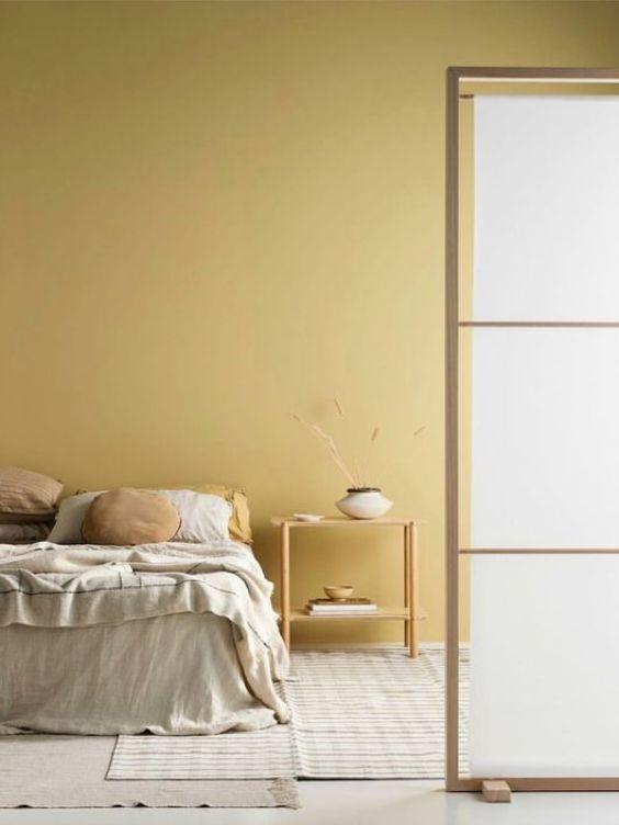 Dormitorio de estilo japandi en tonos neutros y amarillo limón, tendencia en color 2020 #anautrillainteriorismo @utrillanais