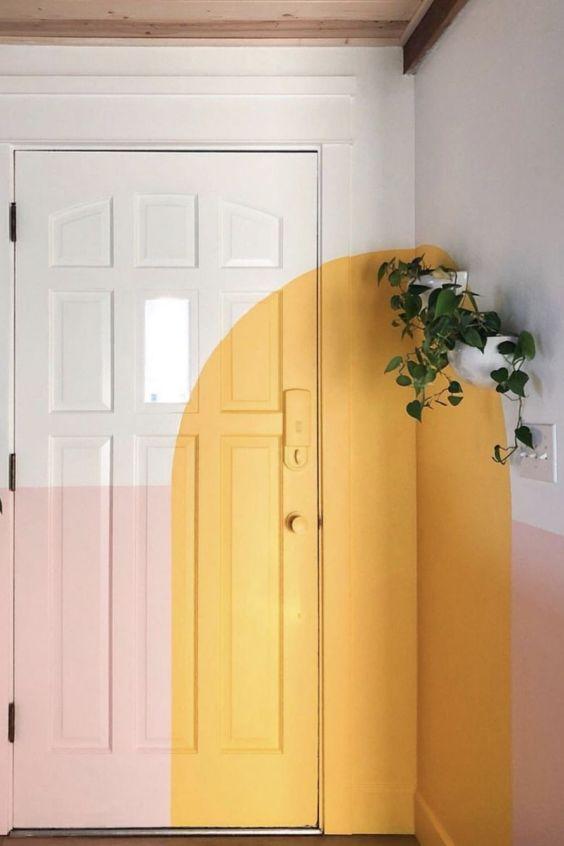 Puerta de color blanco, amarillo limón y rosa, una composición geométrica de formas y colores para resaltar la zona de entrada. #Anautrillainteriorismo @utrillanais