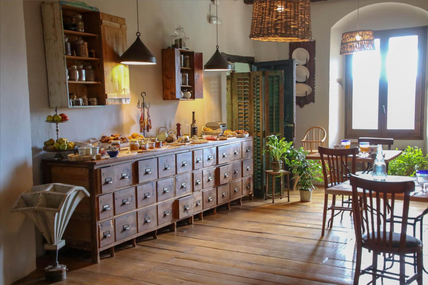 Comedor de la Masía con encanto Mas El Mir, una estancia cálida y acogedora de estilo rústico-vintage