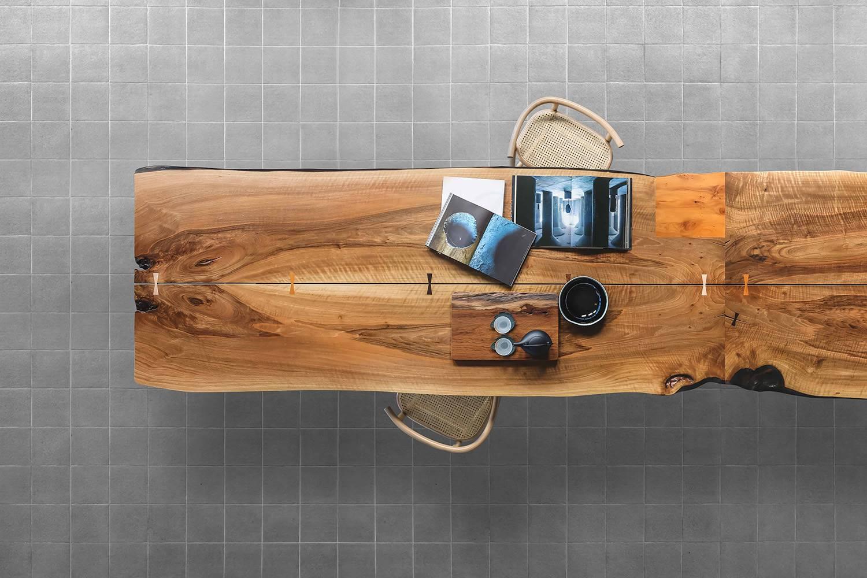 Artesanía en el mobiliario de la mano de Arkaia, mesa de madera maciza