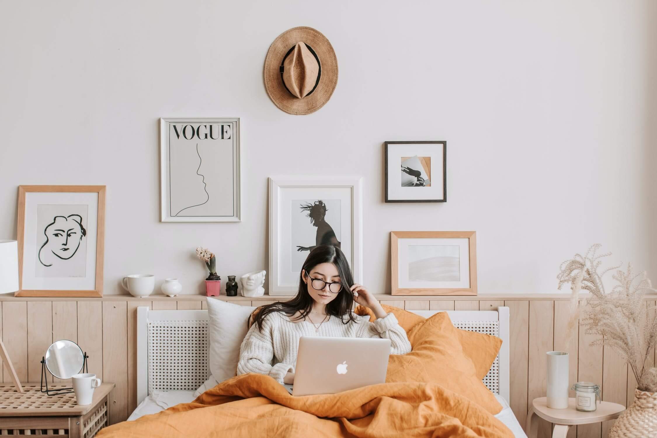 Tendencias en interiorismo, trabajar desde casa, crear un espacio fijo como zona de trabajo más confortable. #AnaUtrillainteirorismoamedida #Diseñoparaelbienestar