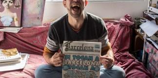 Mariano Lucano, uno de los directores de la Revista, muestra la tapa denunciada