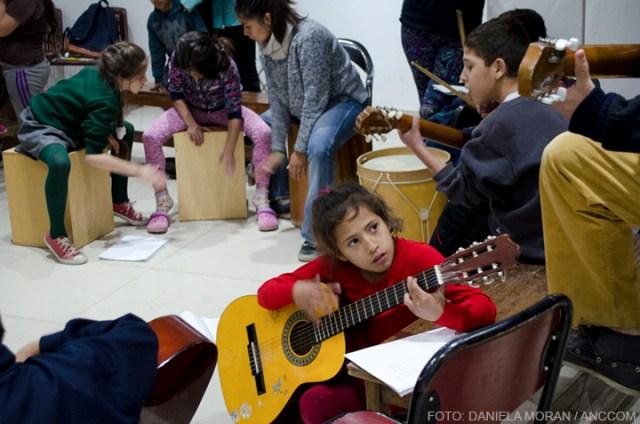 nena tocando la guitarra