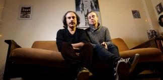 Ernesto Ardito y Virna Molina, directores de Sinfonía para Ana, sentados en un sillón.