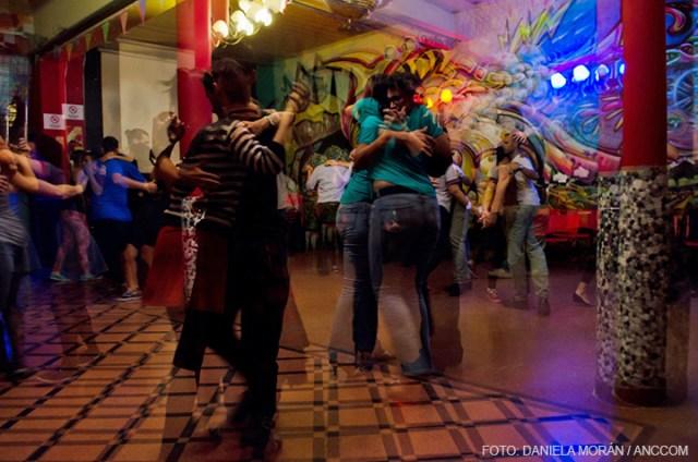 Muchas parejas bailando tango en el club.