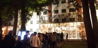 Personas haciendo fila, esperando para entrar a un museo, durante la Noche de los Museos