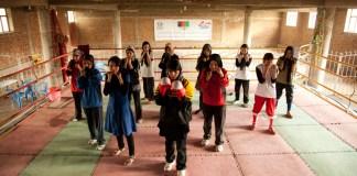 Imagen del documental Boxing for freedom. Mujeres en el ring, mostrando los guantes de boxeo.
