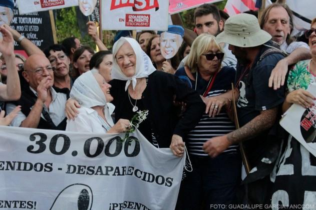 Abuelas de Plaza de Mayo presentes en el escrache a Etchecolatz.