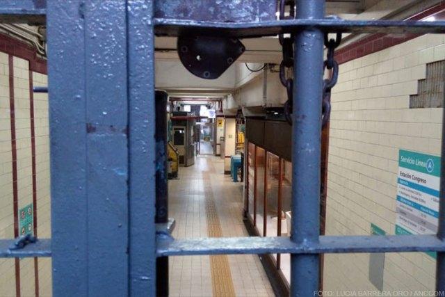 Imagen del interior de la estacióm de subte tomada a través de las rejas.