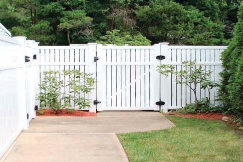 Amazing Farmhouse Privacy Fence to Perfect Your Backyard 50