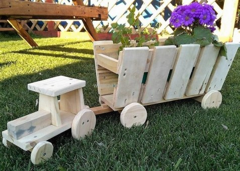 Inexpensive DIY Planter with Pallet 41