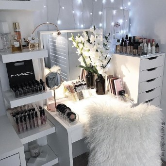 Most Comfortable Makeup Room with Mirror Decoration for Women 31