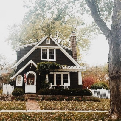 Variety of Colors Charming Exterior Design for Country Houses to Look Beautiful 05