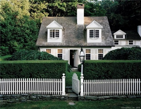 Variety of Colors Charming Exterior Design for Country Houses to Look Beautiful 14