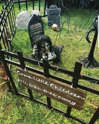 DIY Creepy Halloween Decorating Ideas Outdoors 15