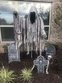 DIY Creepy Halloween Decorating Ideas Outdoors 28