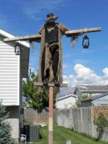 DIY Creepy Halloween Decorating Ideas Outdoors 41