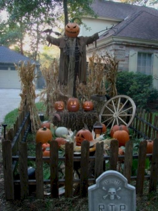 DIY Creepy Halloween Decorating Ideas Outdoors 43