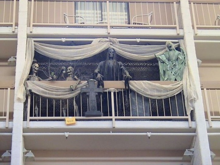 Gorgeous Halloween Ideas for Apartment Balcony This year 12