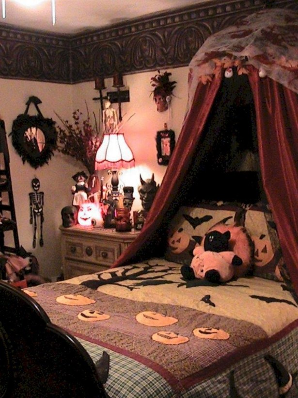 Small Bedroom Decoration with Halloween Ornament 27