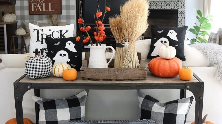 24 The Most Interesting Family Room Arrangement on This Halloween