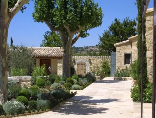 p11_a38-un-mas-provencal-en-pierre-copy