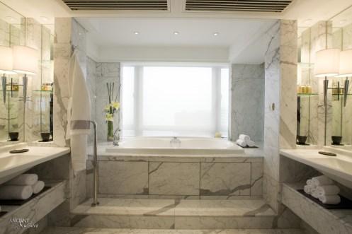 Mediterranean-bathtub-with-a-marble-bathtub